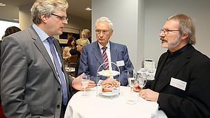 Mitglieder des RHI-Beirats im Gespräch (v. l.) Prof. Dr. Nils Goldschmidt, Prof. Karl Homann und Prof. Rolf Gröschner