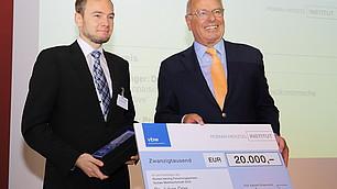 Preisträger Julian Dörr mit dem Gastgeber Randolf Rodenstock