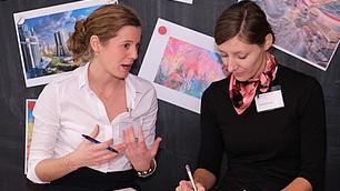 Moderatorinnen Louisa Kürthen und Theresa Eyerund fassen die Teilnehmerbeiträge zusammen
