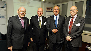 Immer wieder gern im Dialog mit der Wissenschaft: Roman Herzog mit (von links nach rechts) Carl Christian von Weizsäcker, Randolf Rodenstock und Karlheinz Ruckriegel beim Salonstreitgespräch am 25. April 2012
