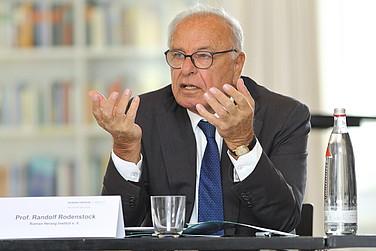 Randolf Rodenstock, Vorstandsvorsitzender des Roman Herzog Instituts, eröffnet die Gesprächsrunde