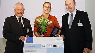 Preisträgerin Barbara Fulda mit Dr. Fritz Kempter und Laudator Stefan Hradil