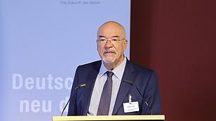 """""""Mehr Wirtschaft, weniger Wohlfahrtsstaat"""", forderte vbw-Präsident Wolfram Hatz"""