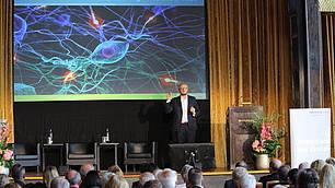 Damian Borth präsentiert den aktuellen Forschungsstand zu KI