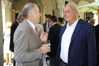 Gedankenaustausch nach der Veranstaltung im Innenhof des Palais Lenbach