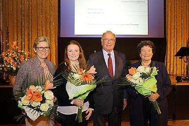 Blumen für die Damen: (v.l.) Angelique Renkhoff-Mücke, Sophia Mücke, Prof. Rodenstock und Prof. Dr. Dagmar Schipanski.