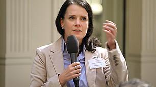 Cécile Prinzbach kritisiert die unterschiedlichen Menschenbilder der beiden Diskutanten und sieht viel Bedarf an weiteren Diskussionen.