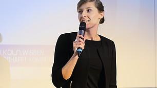 Theresa Eyerund vom IW Köln bei ihrem ScienceSlam-Vortrag