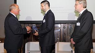 vbw Präsident Alfred Gaffal überreicht Matthias Heinz seinen Preis