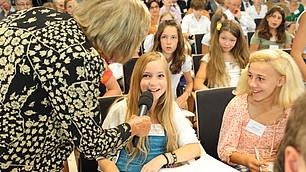 Carmen Thomas befragt Schülerinnen