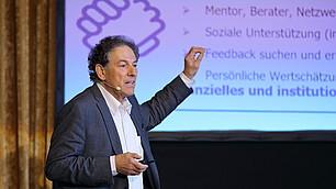 """Dieter Frey führt aus: """"Das Leben ist ein permanenter Anpassungsprozess an neue Situationen und Rollen."""""""