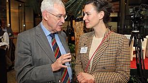 Karl Homann im Austausch mit Tina Maier-Schneider