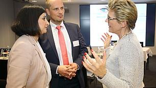Dr. Nese Sevsay-Tegethoff, Geschäftsfühererin des Roman Herzog Instituts, im Gespräch mit Angelique Renkhoff-Mücke und Prof. Dr. Dominik Enste