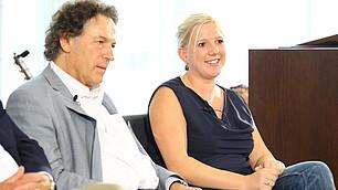 Prof. Frey und Claudia Koreck auf dem Podium