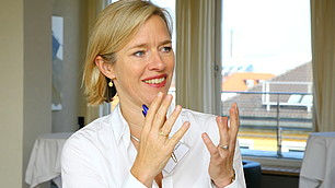 Die Professorin für Kognitive Ethologie an der Uni Göttingen Dr. Julia Fischer, erläutert ihren Ansatz