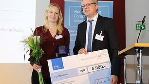 Preisträgerin Dr. Britta Gehrke mit ihrem Laudator Nils Goldschmidt
