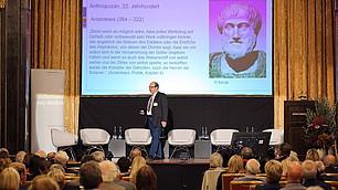 """""""Seien sie kritisch mit dem Unwahrscheinlichen. Die Welt in der wir leben, war vor 50 Jahren noch völlig undenkbar"""", zeigt Bernd Flessner."""