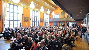 Das Publikum folgt interessiert dem Gespräch von Philipp Lahm und Randolf Rodenstock.