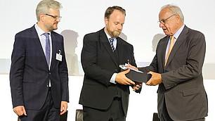 Prof. Randolf Rodenstock überreicht den zweiten Preis