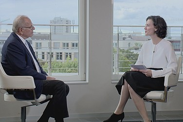 Auftakt zur virtuellen Preisverleihung: Randolf Rodenstock, Vorstandsvorsitzender RHI, im Gespräch mit Tina Maier-Schneider.