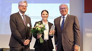 3. Platz für Susanne Veldung. Mit Laudator Nils Goldschmidt und Randolf Rodenstock