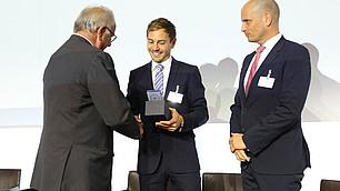 Prof. Randolf Rodenstock überreicht den ersten Preis