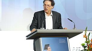 Prof. Dr. Dieter Frey hält die Laudatio für Prof. Dr. Edinger-Schons