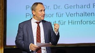 """""""Zukunft positv besetzen"""", Sven Astheimer moderiert engagiert die Veranstaltung."""