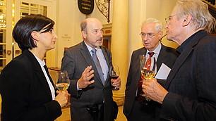 Angeregte Gespräche nach der Veranstaltung: (v. l.) Dr. Nese Sevsay-Tegethoff, Prof. Dr. Dr. Stefan Hradil, Prof. Dr. Dr. Karl Homann und Prof. Dr. Hans-Georg Soeffner